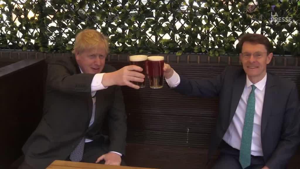 Boris Johnson savoure une pinte de bière post-confinement