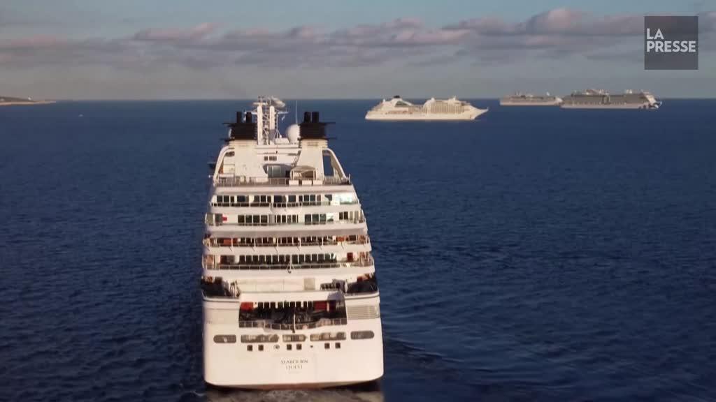 Au large de Chypre, des navires de croisières attendent la fin de la pandémie