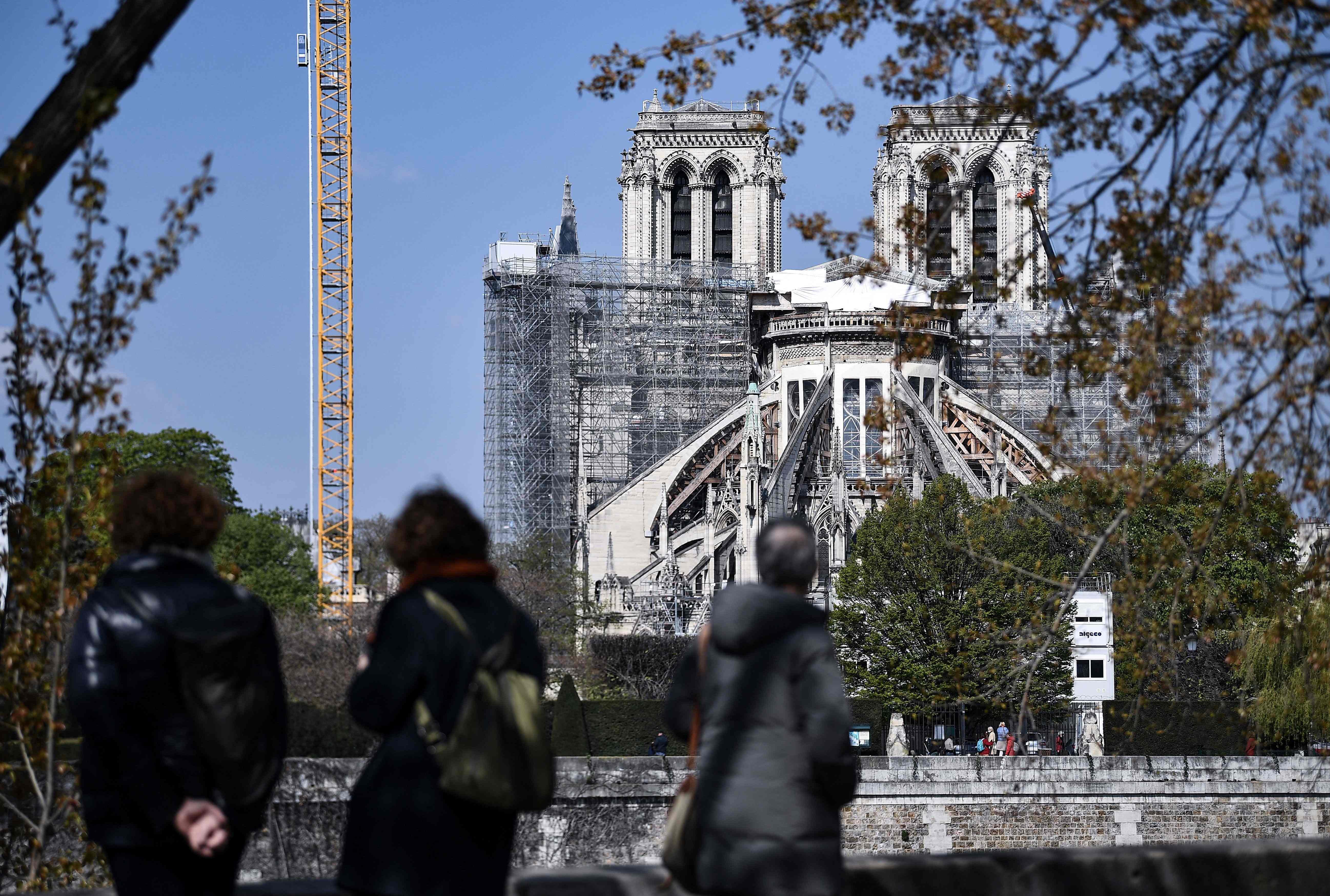 Notre-Dame de Paris, dévastée par un incendie, rouvrira en 2024